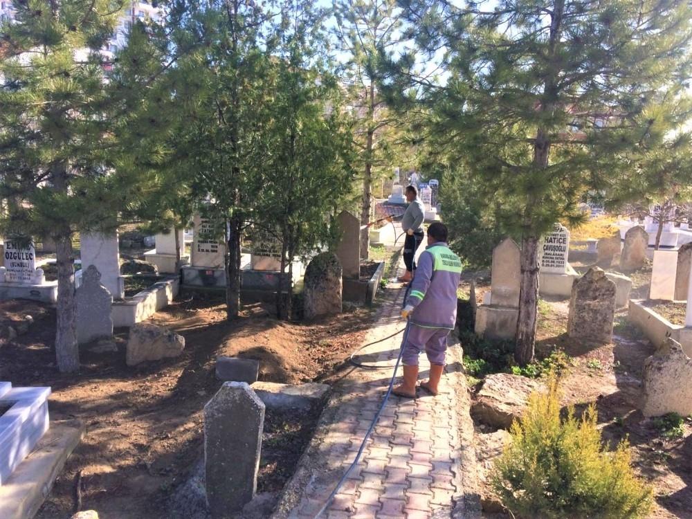 2020/03/karaman-belediyesi-korona-viruse-karsi-mezarliklari-dezenfekte-etti-20200326AW97-2.jpg