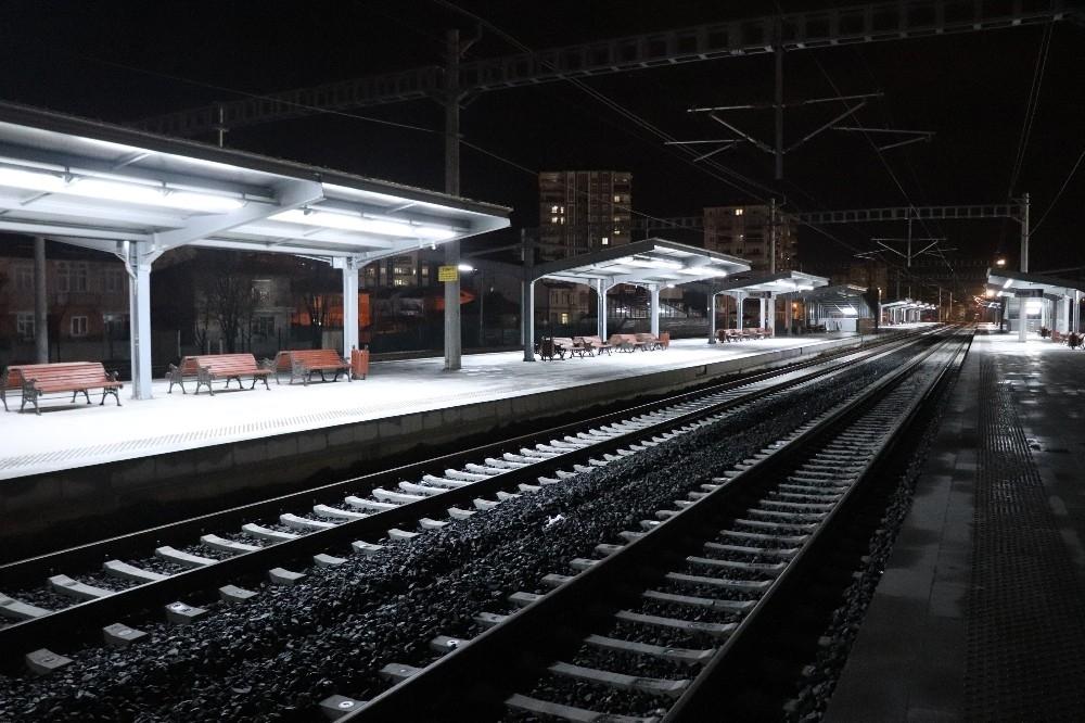 2020/03/karamanda-tren-gari-ve-otobus-terminali-sessizlige-burundu-20200329AW97-3.jpg