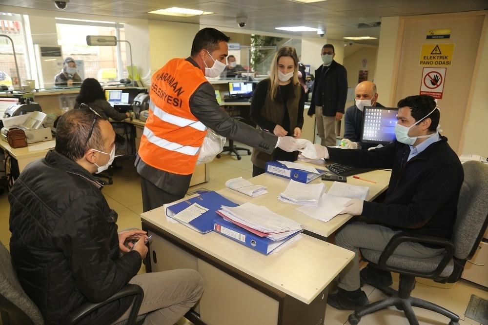 2020/04/karaman-belediyesi-ucretsiz-maske-dagitimini-surduruyor-20200410AW98-2.jpg