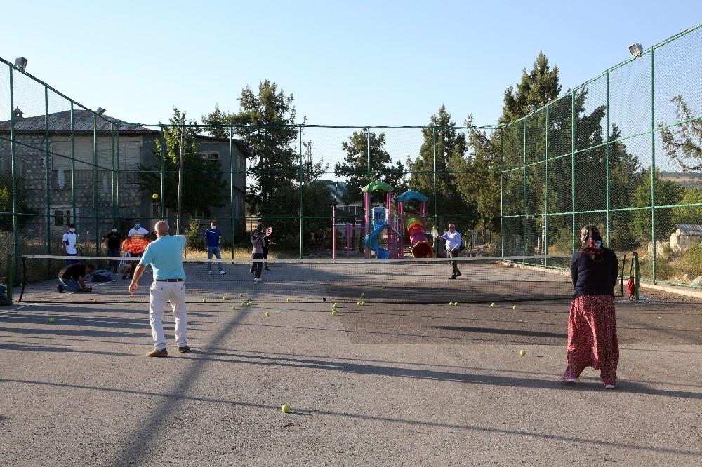 2020/08/yoruk-kizlari-tenis-kursuna-salvarla-katildi-20200808AW08-5.jpg