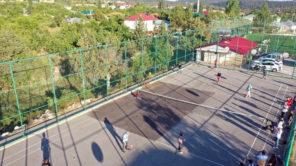2020/08/yoruk-kizlari-tenis-kursuna-salvarla-katildi-20200808AW08-7.jpg