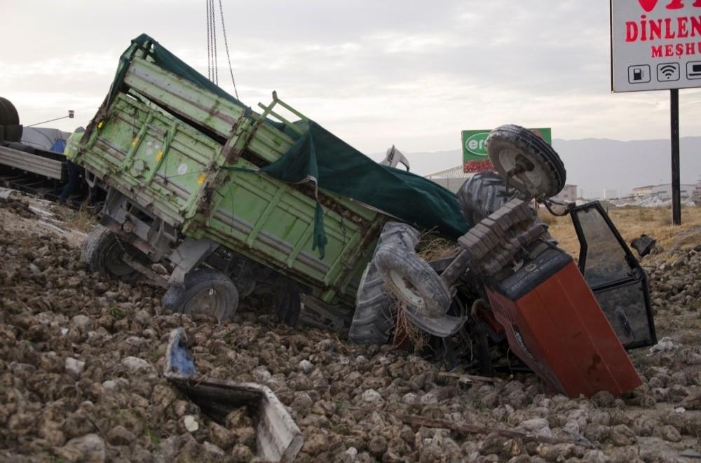 2020/10/ereglide-tir-pancar-yuklu-traktore-arkadan-carpti-3-yarali-20201023AW14-2.jpg