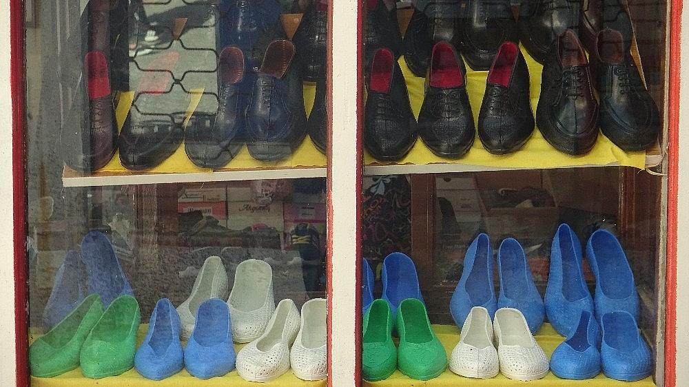 2021/01/kara-lastik-ayakkabi-ve-yemeni-yeniden-vitrinlerde-20210112AW21-2.jpg