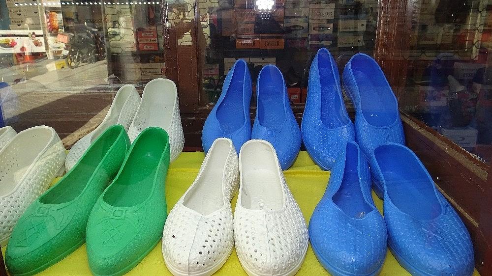 2021/01/kara-lastik-ayakkabi-ve-yemeni-yeniden-vitrinlerde-20210112AW21-4.jpg