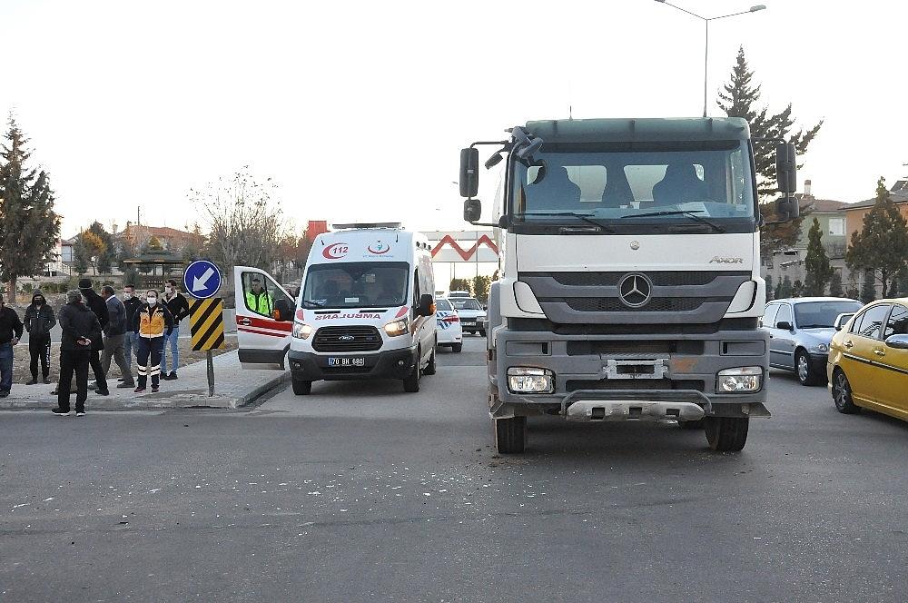 2021/02/karamanda-beton-mikseri-ile-carpisan-minibus-kavsakta-devrildi-20210226AW25-2.jpg