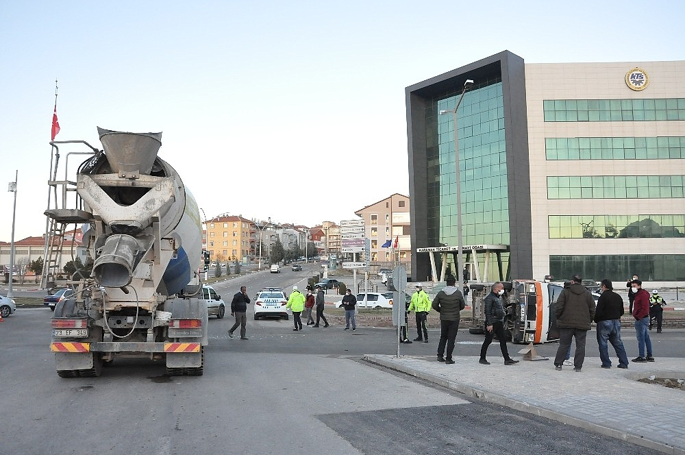 2021/02/karamanda-beton-mikseri-ile-carpisan-minibus-kavsakta-devrildi-20210226AW25-3.jpg