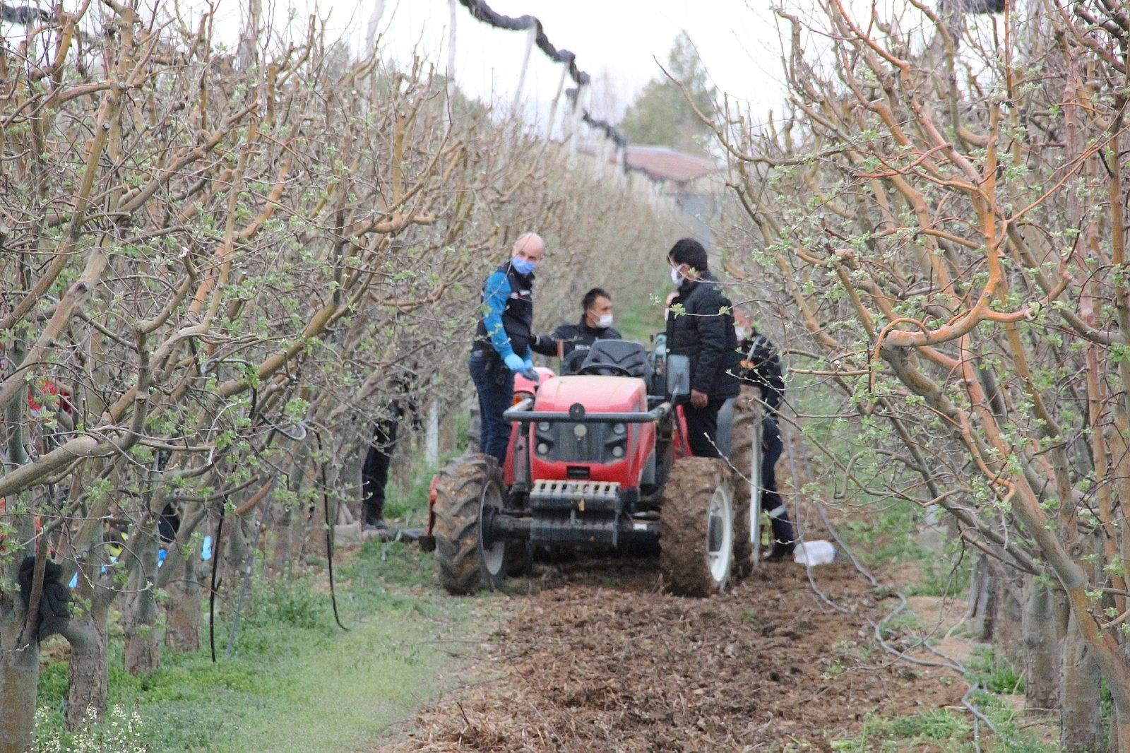 2021/04/traktorun-arkasindaki-capa-makinesine-sikisan-sahis-olay-yerinde-can-verdi-20210417AW29-6.jpg