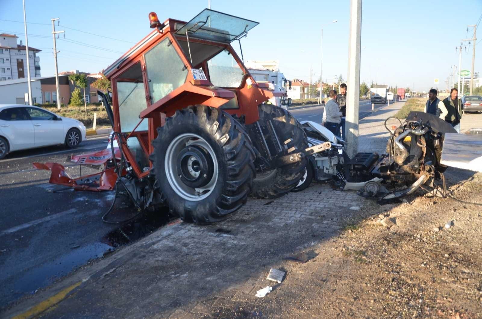 2021/10/kavsakta-tirin-ve-otomobilin-carptigi-traktor-ikiye-bolundu-1-olu-2-yarali-20211004AW43-1.jpg