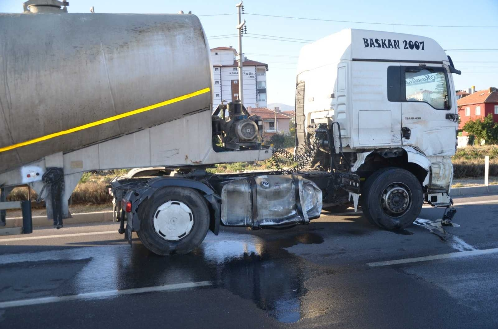 2021/10/kavsakta-tirin-ve-otomobilin-carptigi-traktor-ikiye-bolundu-1-olu-2-yarali-20211004AW43-4.jpg