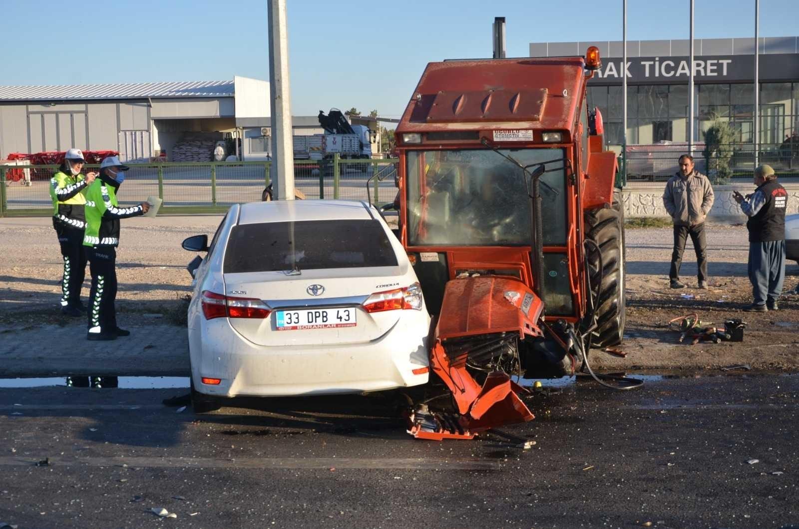 2021/10/kavsakta-tirin-ve-otomobilin-carptigi-traktor-ikiye-bolundu-1-olu-2-yarali-20211004AW43-6.jpg