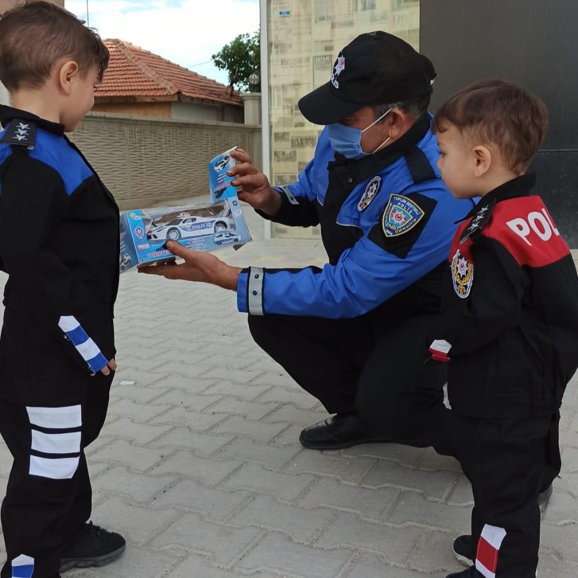 2021/10/konya-polisi-kucuk-eymen-ve-urasin-hayalini-gerceklestirdi-20211008AW43-1.jpg
