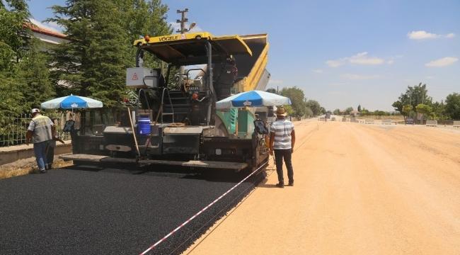 Karaman Belediyesi açık cezaevi yolunu asfaltlıyor
