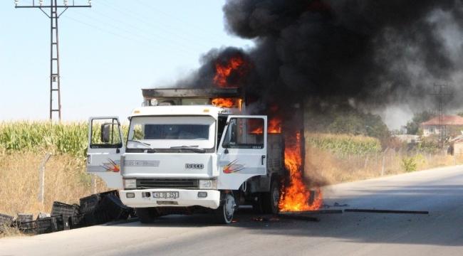 Karaman'da kamyonet seyir halindeyken alev alev yandı