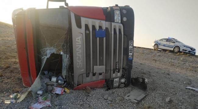 Karapınar'da Kontrolden çıkan tır devrildi, sürücüsü yaralandı