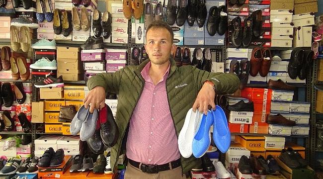 Kara lastik ayakkabı ve yemeni yeniden vitrinlerde