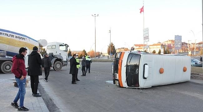 Karaman'da beton mikseri ile çarpışan minibüs kavşakta devrildi.