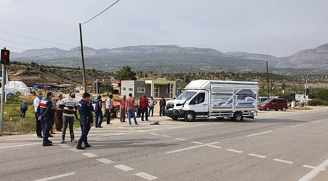 Mut'ta kamyonet ile traktör çarpıştı: 2 yaralı