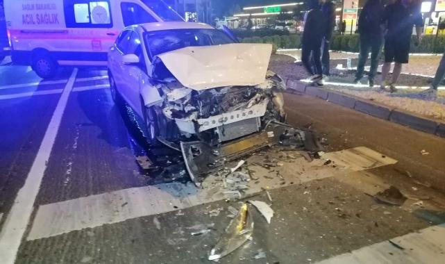 Alkollü sürücü kırmızı ışıkta bekleyen tıra çarptı: 1 yaralı