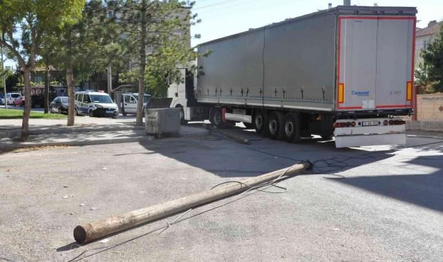 Karaman'da tırın dorsesi telefon direğini yıkarak otomobile hasar verdi